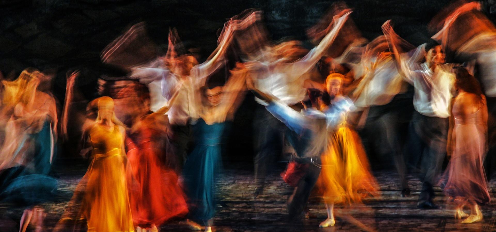 Taiteellinen kuva tanssiesityksestä.