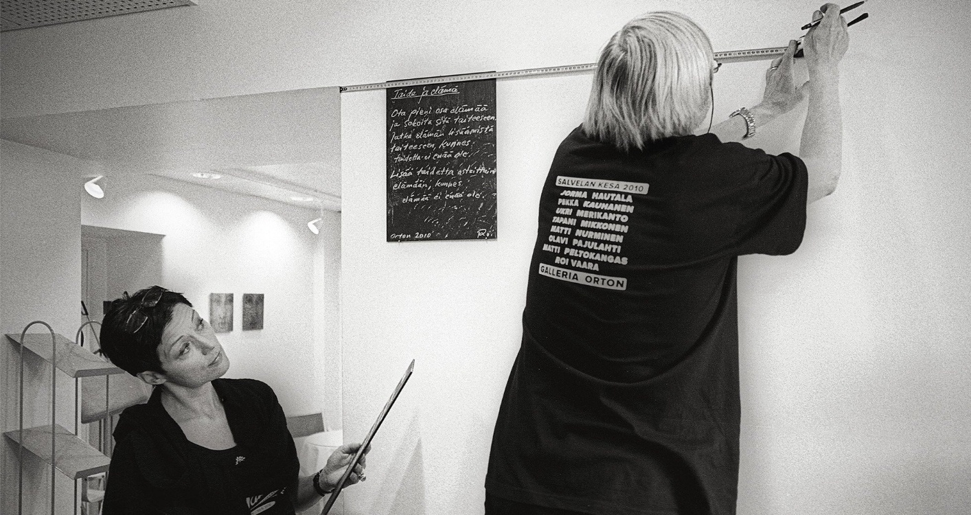 Salvelan kesän näyttelyn ripustus. Ripustamassa galleristi Sirpa Viljanen ja taidemaalari Olavi Pajulahti.