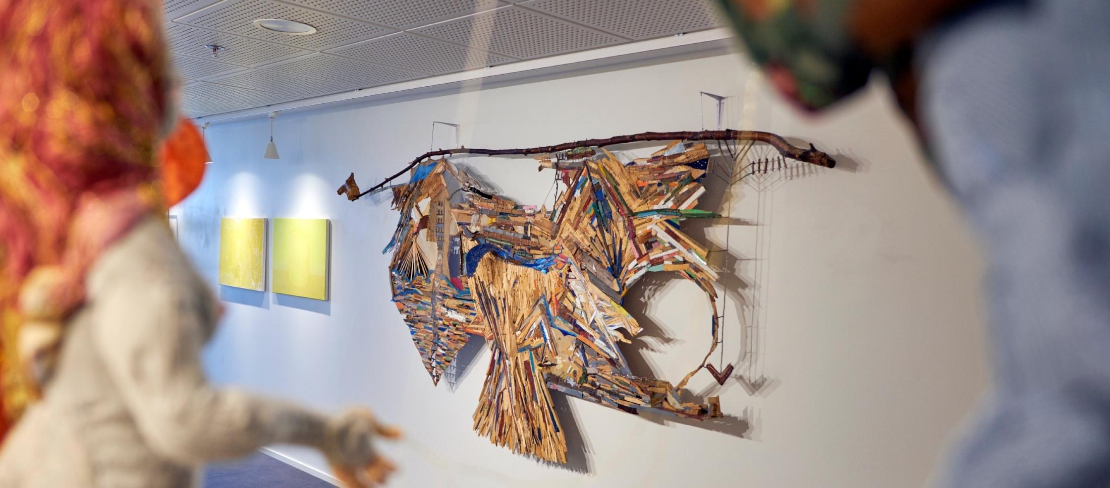Yleiskuva Galleria Liven kesänäyttelysta. Etualalla kuvataiteilija Minnamari Toukolan teos.